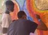 En av flera aktiviteter Unn Tove gör tillsammans med killarna är att måla. Inför julen gjorde de bland annat en stor väggmålning som de kallar för