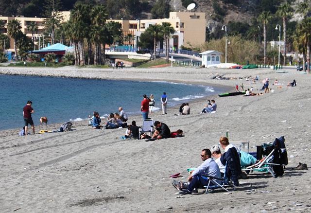 Strandbesökare i helgen i La Herradura. Foto: Ayto de Almuñécar