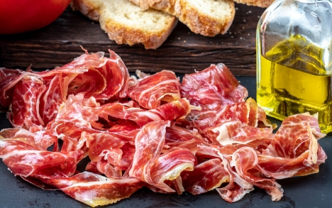 Den spanska skinkan har klassificerats som E och olivoljan som C, i den nya europeiska näringsmärkningen Nutri-Score.