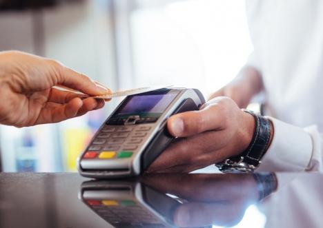 Det gäller att vara uppmärksam på villkoren för de olika kreditkort som många företag erbjuder sina kunder. Räntor på över 25 procent är inte ovanligt.