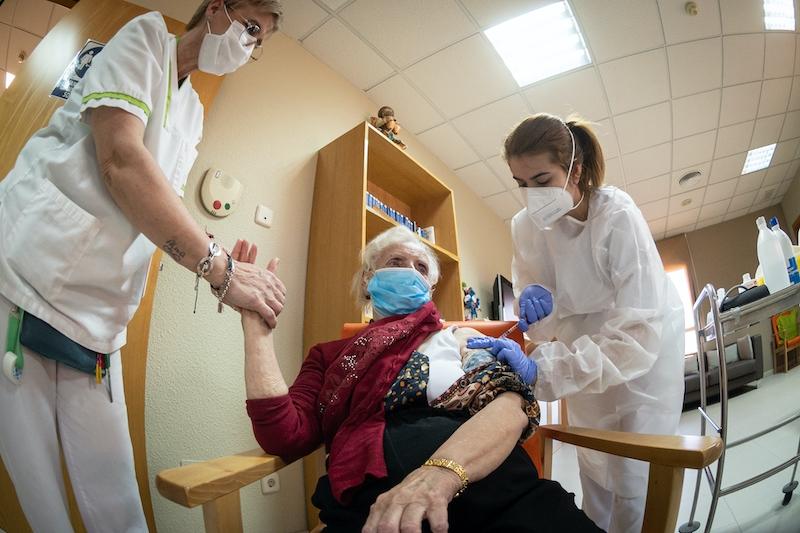 Vaccinationen på äldreboenden ser ut att ha avsedd effekt, med en kraftig nedgång av antalet fall den senaste tiden.