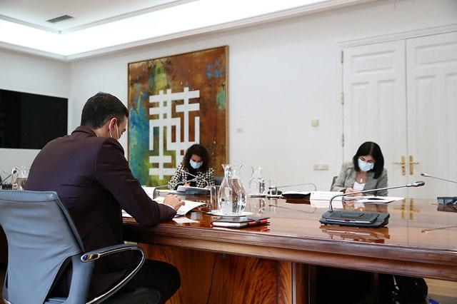 Hälsovårdsministern Carolina Darias (till höger) i möte med regeringschefen Pedro Sánchez.