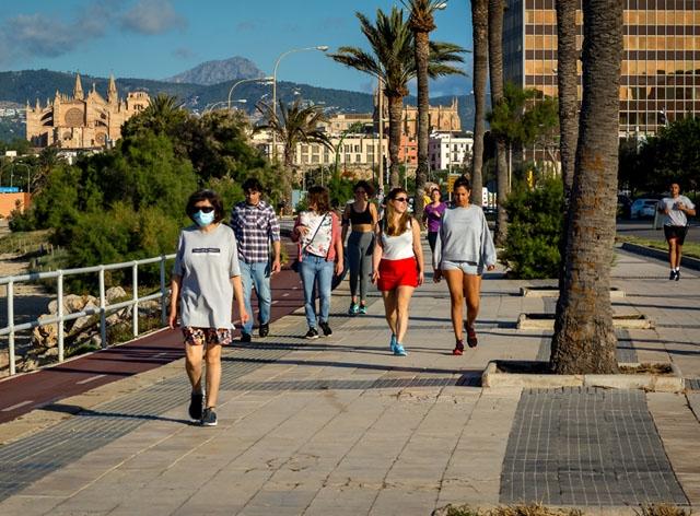 Boende på Balearerna rasar över att de inte får ta emot nära bekanta på fastlandet över påsk, medan utlänningar däremot kan komma på semester till öarna.