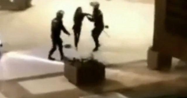 Misshandeln fångades på video och har delats på Twitter.