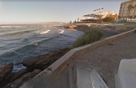 Olyckan uppges ha inträffat på stranden El Sillón, bredvid fyren i Torrox. Foto: Google maps