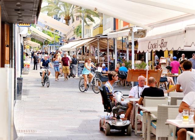 Folkliv vid Los Cristianos. Tenerife är den ö som har flest bofasta utlänningar, räknat till antalet.