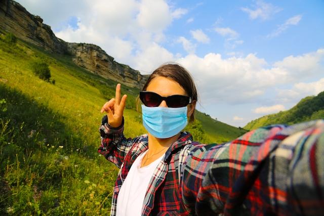 De nya bestämmelserna tolkas som att munskydd ej krävs vid exempelvis naturvandringar på egen hand, men väl vid promenader.