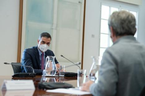 Regeringschefen Pedro Sánchez i möte med smittskyddsläkaren Fernando Simón.