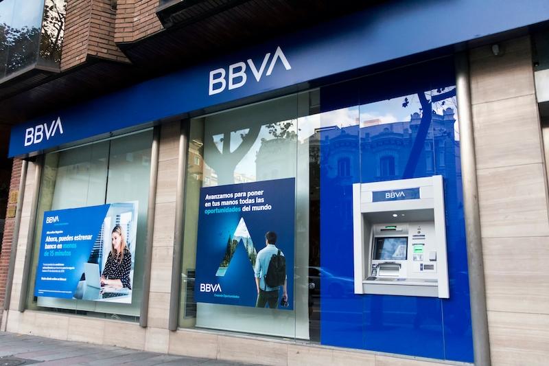 Omfattande uppsägningar drabbar i första hand de banker som genomgått fusioner, men även andra banker gör kraftiga personalnedskärningar. Däribland BBVA.