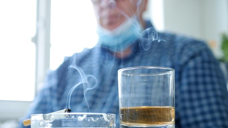 Rökning uppges bidra till smittspridning av Covid-19 och kan inom kort komma att förbjudas helt på allmänna platser.