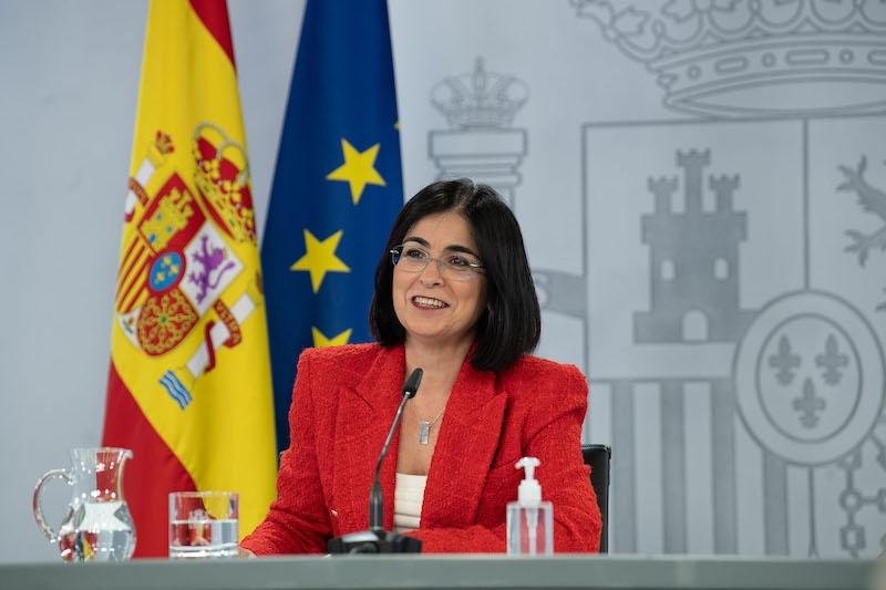 Hälsovårdsministern Carolina Darias uppgavs förespråka en förlängning av tiden mellan de båda vaccindoserna, för att fler ska få sin första dos snabbare. Något som dock korrigerade endast 24 timmar senare.