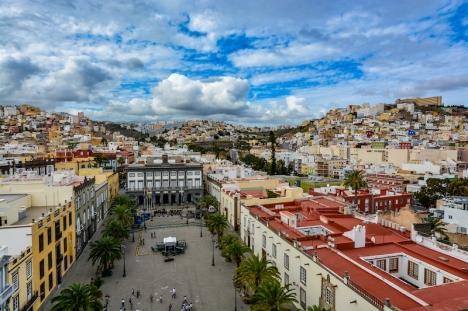 Tenerife och Gran Canaria stannar kvar på smittnivå 3 men beviljas ändå vissa lättnader, däribland att utegångsförbudet minskas med en timme.