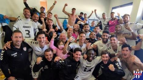 Spelarna i Vélez C.F. firar att de till hösten spelar i Segunda RFEF. Foto: @VELEZCF