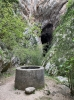 Vid ingången till grottan Cueva den Hundidero finns en torr brunn.