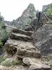 Även om det är fråga om en kort vandringssträcka krävs god fysik och varsamhet, då det är stor höjdskillnad, stenigt och trappan på sina platser har rasat.