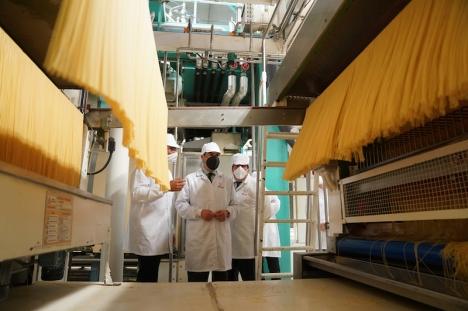Juanma Moreno besökte 26 april pastafabriken Gallo i El Carpio, i Córdoba och passade på att annonsera planerade skattesänkningar i regionen.