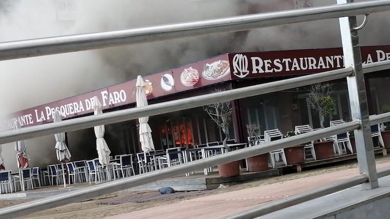 Restaurangen La Pesquera del Faro, i Marbella, brann 27 april och hela nedervåningen uppges ha förstörts. Foto: Bomberos de Marbella