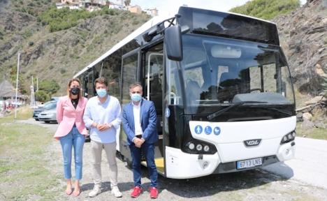 Kommunalrådet Paula Moreno och borgmästaren Óscar Medina ,tillsammans med chefen för bussbolaget i Torrox. Foto: Ayuntamiento de Torrox