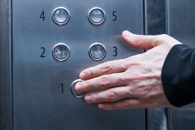 Enligt studien kan gemensamma utrymmen nära hemmet, som hissar, utgöra en särskild smittfara.