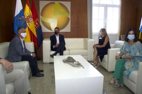 Regionalpresidenten på Kanarieöarna Ángel Víctor Torres (t.v.) med regeringschefen Pedro Sánchez under ett tidigare besök på öarna.