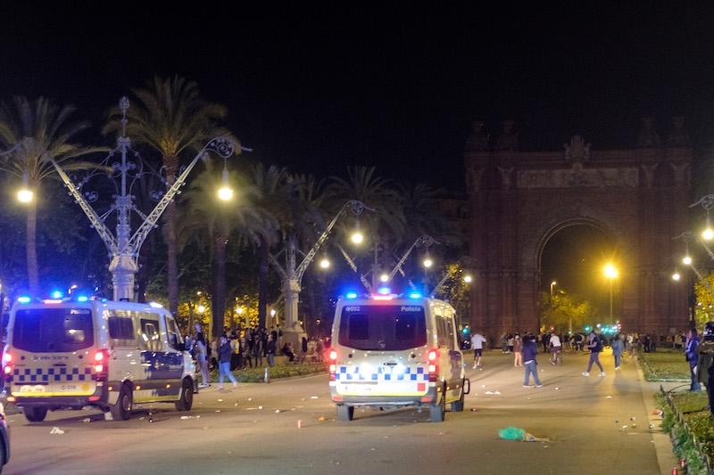 Slutet på nödläget firades i form av gatufester över hela landet, många av dem urartade och polisen har gjort ett stort antal ingripanden under helgen. Bilden är tagen i Barcelona. Foto: Guàrdia Urbana Barcelona