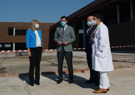 Juanma Moreno besökte sjukhuset i Marbella 7 maj, tillsammans med hälsovårdsrådet Jesús Aguirre och togs emot av kommunens borgmästare Ángeles Muñoz. Foto: Junta de Andalucía