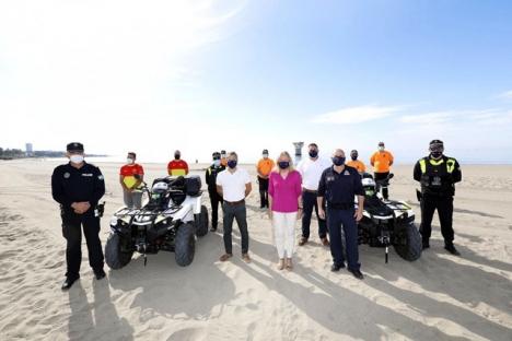 Borgmästaren Ángeles Muñoz med den enhet av lokalpolisen som har till uppgift att bevaka stränderna. Foto: Ayto de Marbella