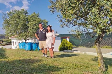 Jan och Åse förverkligade drömmen. De flyttade från kalla Sverige till ett hus i de andalusiska bergen med en storslagen utsikt. Olivträdens placering på berget i bakgrunden skapar ett naturvackert mönster. Foto: Stefan Zouagui