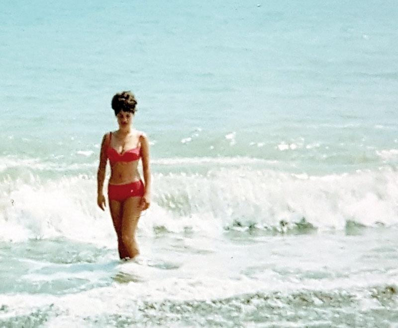 Lillemor Arvidsson på stranden i Torremolinos, iklädd den då kontroversiella bikinin. Foto: Privat