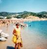 Anne Åkerberg med nyköpt klänning på stranden i Calella. Foto: Privat