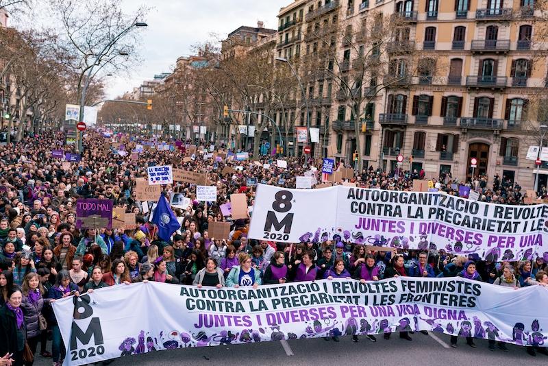 Ett av de mest kontroversiella besluten i början av pandemin, uppges vara att demonstrationerna tilläts hållas i vanlig ordning på internationella kvinnodagen 8 mars. Bilden är tagen 8 mars 2020 i Barcelona.