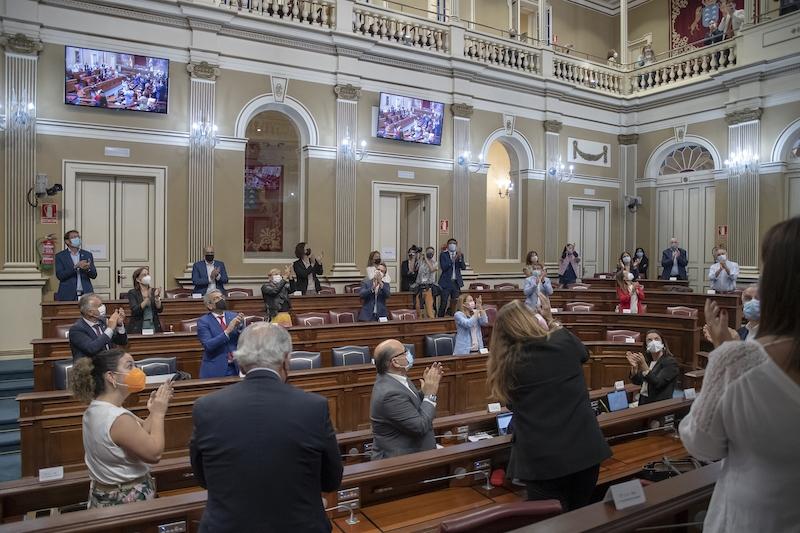 Politisk enighet och applåder i det kanariska parlamentet, när den nya translagen röstades igenom 26 maj. Foto: Parlamento de Canarias