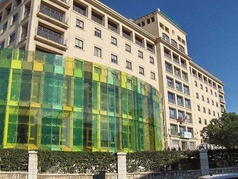 Patienten fick föras vidare från sjukhuset i Marbella till Málaga, på grund av de svåra skadorna han ådragit sig i fallet.