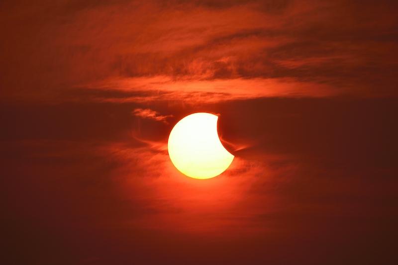 Månen kommer att lägga sig mellan solen och jorden och upplevas som en partiell solförmörkelse i Spanien 10 juni.