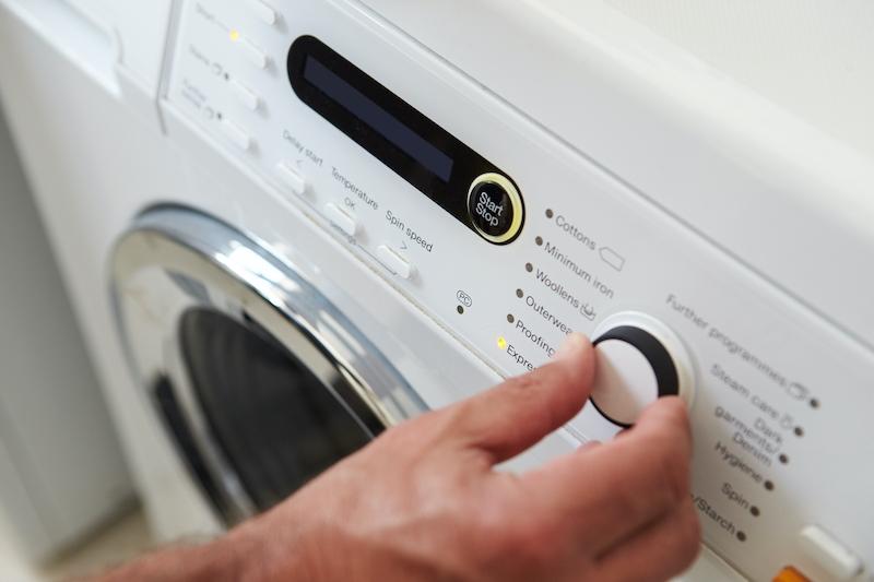 Att sätta på tvättmaskinen nattetid ger visserligen billigare elräkning men kan leda till böter för buller.