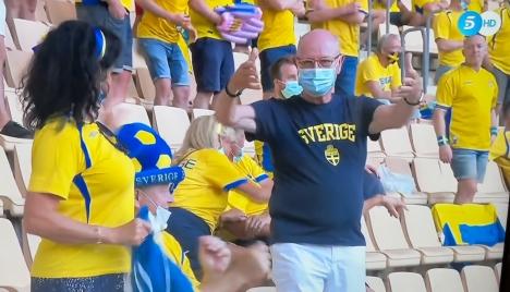 Omkring 3.000 svenska supportrar satte färg på läktarna i stadion La Cartuja i Sevilla. Foto: Telecinco