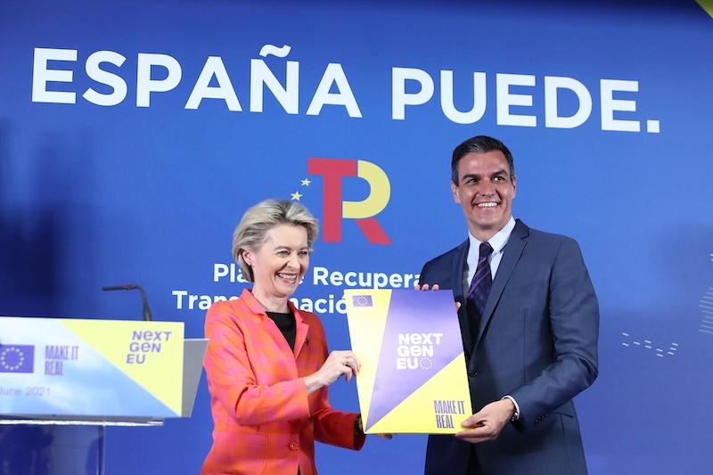 EU-kommissionens ordförande Ursula von der Leyen, lämnade över den godkända planen till Pedro Sánchez under en ceremoni i Madrid 16 juni.