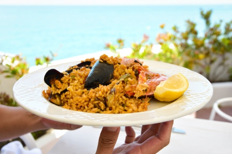 Paella äts med fördel varm i skuggan på en strandrestaurang, eller varför inte kall på en medhavd picknick bredvid havet?