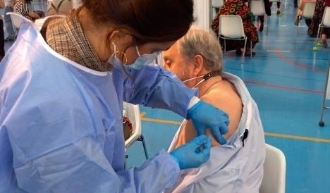 Nu har hälften av invånarna i Spanien erhållit minst en injektion av Covid-vaccin.