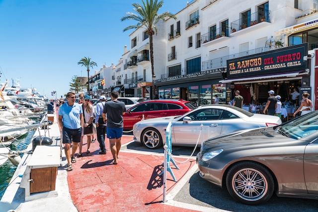 På sommaren mer än fördubblas befolkningsmängden i Marbella.