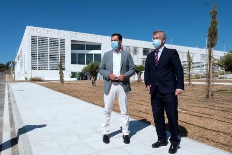 Andalusiens regionalpresident Juan Manuel Moreno Bonilla och Esteponas borgmästare José María García Urbano framför kommunens nya sjukhus i september 2020. Foto: Ayuntamiento de Estepona
