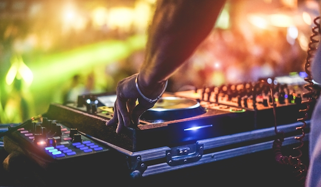 Personer med utländskt utseende ska hjälpa myndigheterna på Ibiza att lokalisera illegala fester.