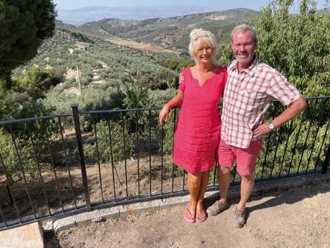 Här i Granadaprovinsen, omgivna av olivträd (150 av dem deras egna) och andra fruktträd, tillbringade Jan och Nina Hallén hemkarantänen själva. Den planerade hotellinvigningen fick skjutas upp på obestämd tid.
