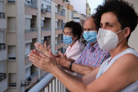 Vad vårdpersonalen behöver är mindre applåder och bättre arbetsvillkor. Det senare gäller inte minst att allmänheten tar pandemin på allvar.