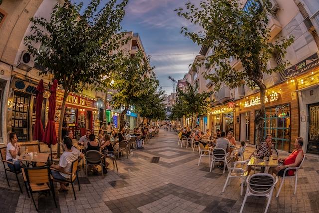 Nöjeslokaler får åter hålla öppet i Valenciaregionen till tre på natten, men den sista drinken måste serveras senast 02.30 och dansgolvet får inte brukas.