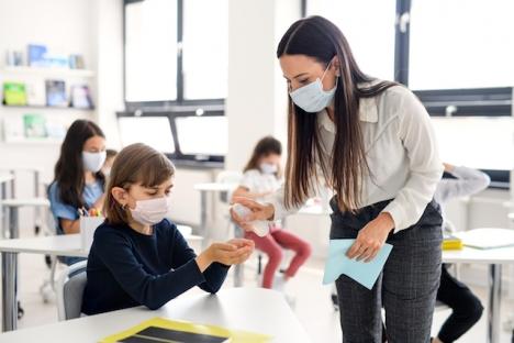 Åtgärden syftar till att underlätta vardagen för både elever, lärare och övrig skolpersonal, som det senaste läsåret ständigt hotats av tio dagars hemkarantän.