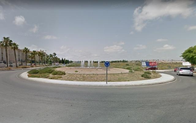 Ett flertal olyckor har inträffat vid rondellen som sammanbinder Avenida Desiderio Rodríguez med kustvägen. Foto: Google Maps