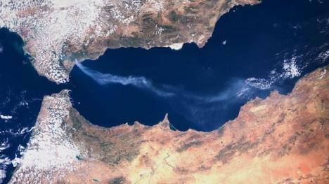 Satellitbild som visar brandröken från Sierra Bermeja.