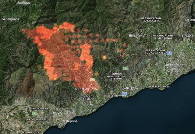 Storbranden sprider sig fortfarande från Estepona i riktning österut. Karta: Zoom Earth