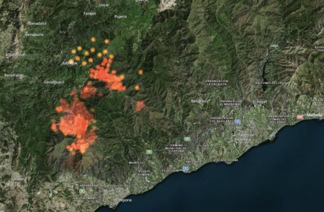 Eldflagor och ändrad vindriktning har skapat en ny nordlig front av storbranden.Foto: Zoom Earth